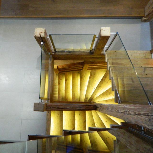 escalier vieux bois limon central poutre platine acier chalet